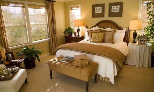 acik-kahverengi-yatak-odasi-dekorasyonu