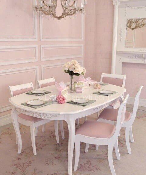beyaz ve pembenin romantik havasıyla dekore edilen yemek odası