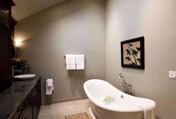 degisik-cakil-tasi-rengi-banyo-dekorasyonlari