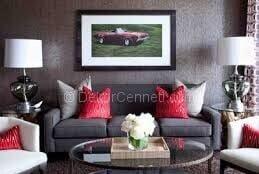 gri koltuk kırmızı yastıklar