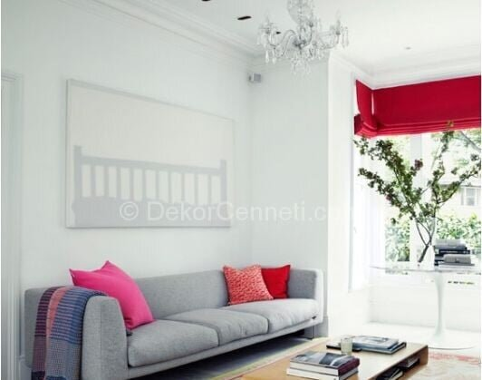 gri koltuk ve kırmızı perdeler