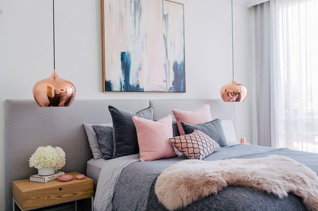 gri pudra yatak odasi dekorasyonu