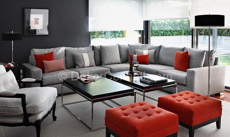 gri salon dekorasyonunda kırmızı rengin kullanımı