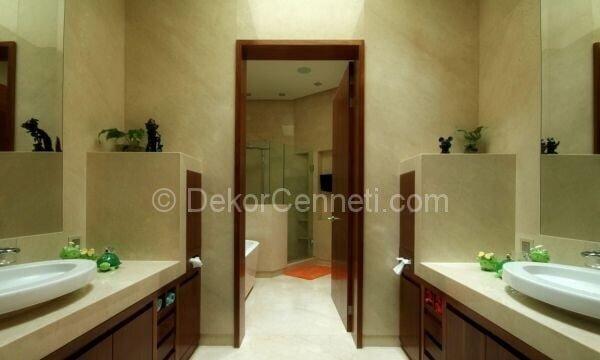 kahverengi ve beyaz banyo dekorasyonu