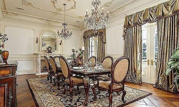 klasik-gosterisli-yemek-odasi-takimlari