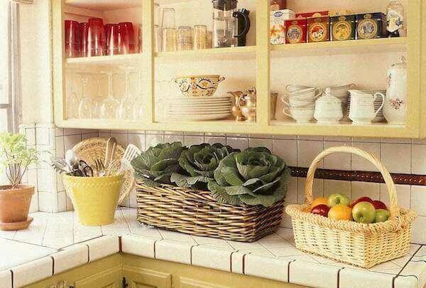 kucuk-mutfaklar-icin-pratik-rafli-cozumler