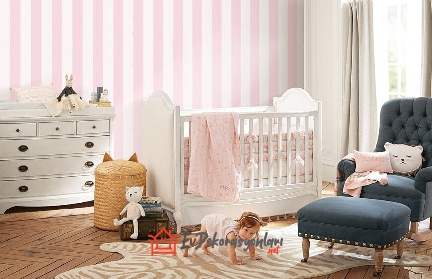pembe beyaz cizgi desenli kiz bebek odasi duvar kagidi modeli