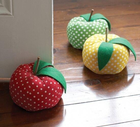 rengarenk kumaslardan el yapimi dekoratif elma modeli kapi onu agirliklari