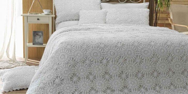 yuvarlak motif ornekli dantel yatak ortusu modeli
